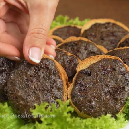 Готовые гренки с печенью можно сразу же подавать на стол. Они вкусные как в теплом, так и холодном виде.