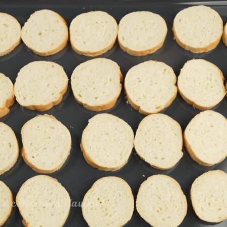 Ломтики хлеба выкладываем на противень. Все ставим в духовку разогретую до 200 град.