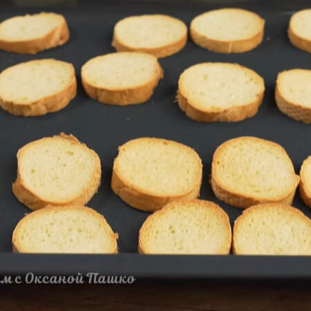 Готовим гренки примерно 10 - 15 минут до легкой золотистой корочки.