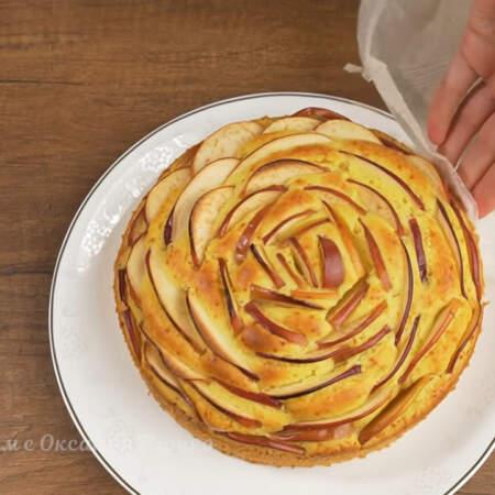 Готовый и уже остывший пирог достаем из формы и переставляем на блюдо.