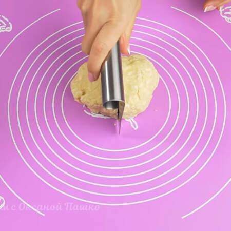 Тесто отлежалось полчаса в холодильнике, разрезаем его на 2 примерно одинаковые части.