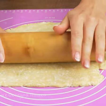 Каждую часть теста раскатываем в прямоугольный пласт толщиной 3-4 мм.