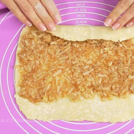 Тесто с начинкой сворачиваем в рулет. Лучше всего рулет сворачивать с помощью силиконового коврика и пергаментной бумаги.