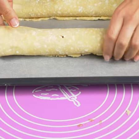 Рулеты перекладываем на противень, застеленный пергаментной бумагой.