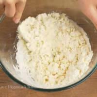 Вымешиваем тесто сначала ложкой, а затем руками.