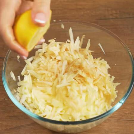 Яблоки поливаем примерно 2 ст. л. лимонного сока. Все перемешиваем.  Лимонный сок придает яблокам легкую кислинку и даст им сильно потемнеть.