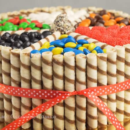 Торт готов. Он получился ярким и красивым. Такое легкое украшение сможет сделать каждый, главное все делать аккуратно и неспеша.