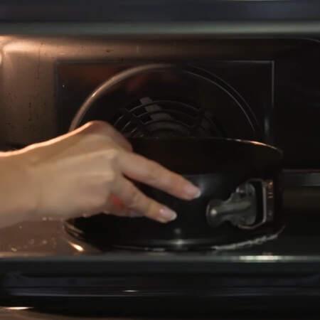 Бисквит ставим в духовку разогретую до 170 град, режим вверх+низ, выпекаем примерно 30 минут.