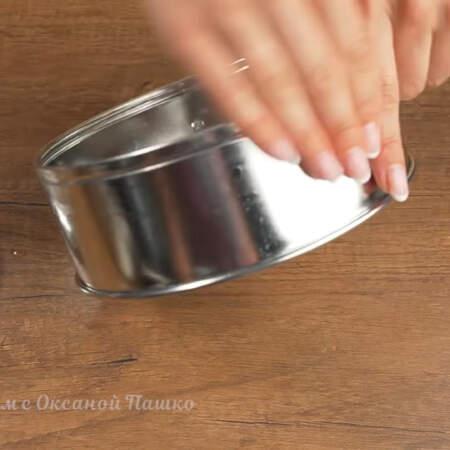 Подготовим формы для желе. Нужно две формы диаметром 18 см. Бока каждой формы немного смазываем водой.
