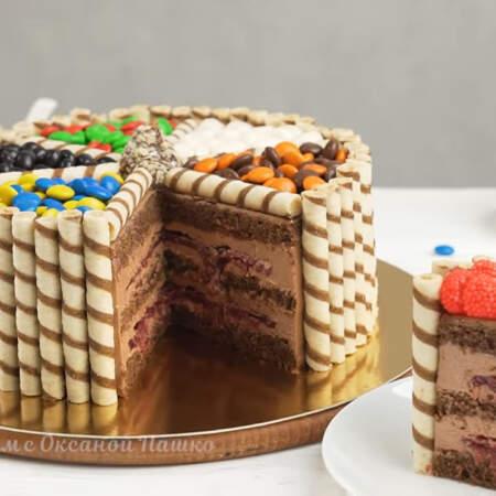 В середине торт тоже очень вкусный и гармоничный. Нежный бисквит с легким ароматом кофе, шикарный творожно-шоколадный крем и желейная прослойка из вишни, которая придает торту приятную кислинку.
