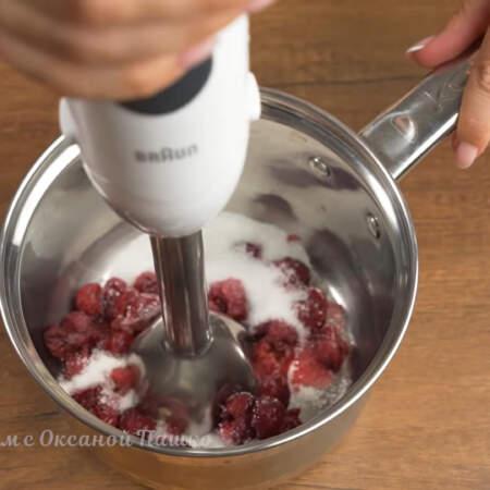 Сок с вишни уже стек, вишню перекладываем в сотейник, сюда же насыпаем 80 г сахара.