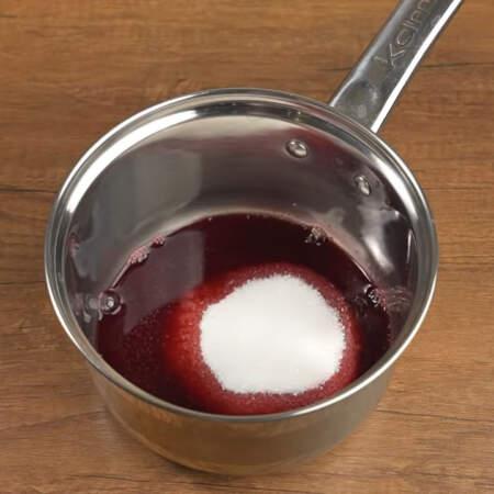 Готовим вишневый сироп для пропитки бисквита. В сотейник наливаем 100 мл стекшего вишневого сока и насыпаем 100 г сахара. Все ставим на огонь.