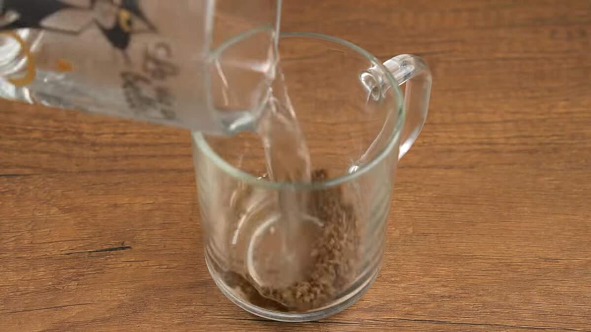 Сначала испечем шоколадно-кофейный бисквит. Завариваем кофе. В стакан насыпаем 1 ч.л. растворимого кофе и наливаем 60 мл кипятка.  Все перемешиваем.
