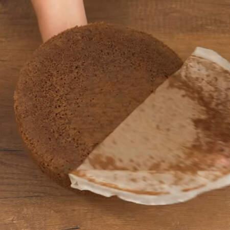 Испеченный и полностью остывший бисквит вынимаем из формы.