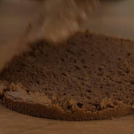 Верхнюю корочку у бисквита тоже срезаем.