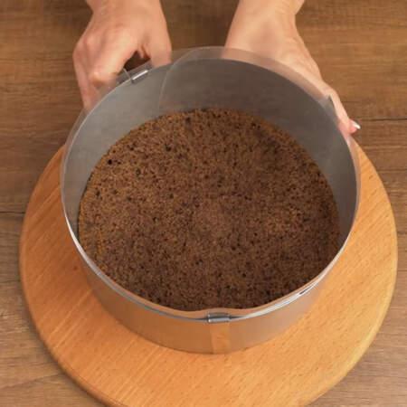 Складываем торт. Ставим кулинарное кольцо и на дно кладем первый бисквитный корж. Между кольцом и бисквитом ставим ацетатную пленку. Кулинарное кольцо с пленкой сжимаем по размеру коржа.