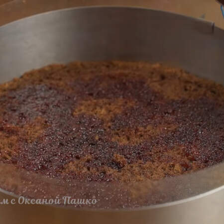 Накрываем вторым бисквитом. Его тоже пропитываем вишневым сиропом.