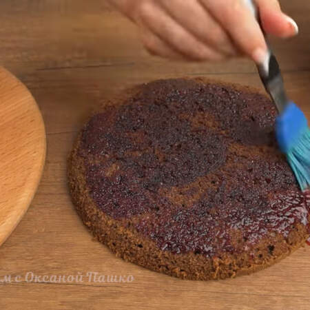 Третий бисквит тоже пропитываем сиропом с одной стороны.