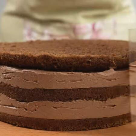 Торт настоялся. Снимаем кольцо и убираем ацетатную пленку.  Переставляем торт на подставку или подложку для торта.