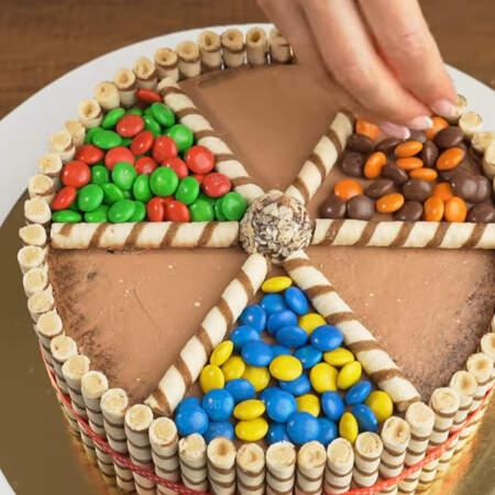 Каждую ячейку заполняем цветными конфетами. Я взяла 3 пачки M&M's и разделила их по цветам, объединив голубой с желтым, красный с зеленым и коричневый с оранжевым цветом.