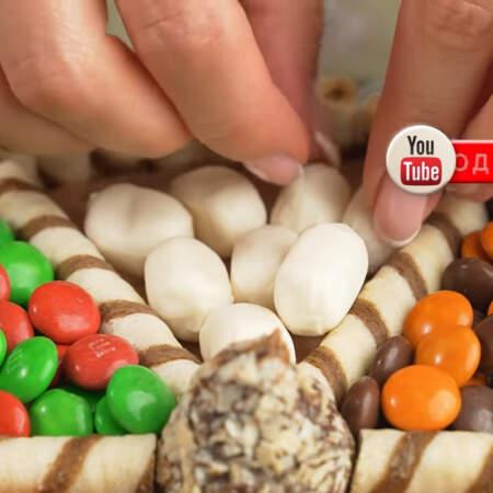 В остальные ячейки положила белые карамельные конфетки, арахис в шоколаде и желейные конфеты в виде малинки.