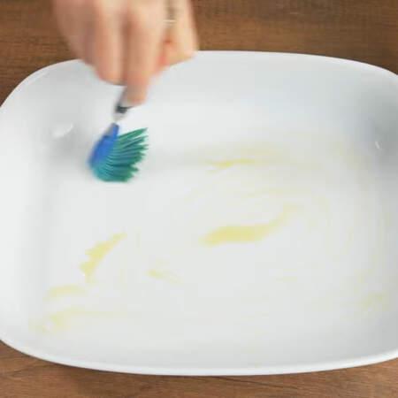 Дно формы для выпечки смазываем растительным маслом.