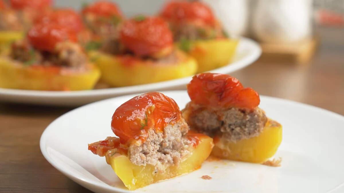 Запеченный картофель с фрикадельками получился очень вкусным и сытным. Готовится он из доступных продуктов, а на столе выглядит красиво и празднично.