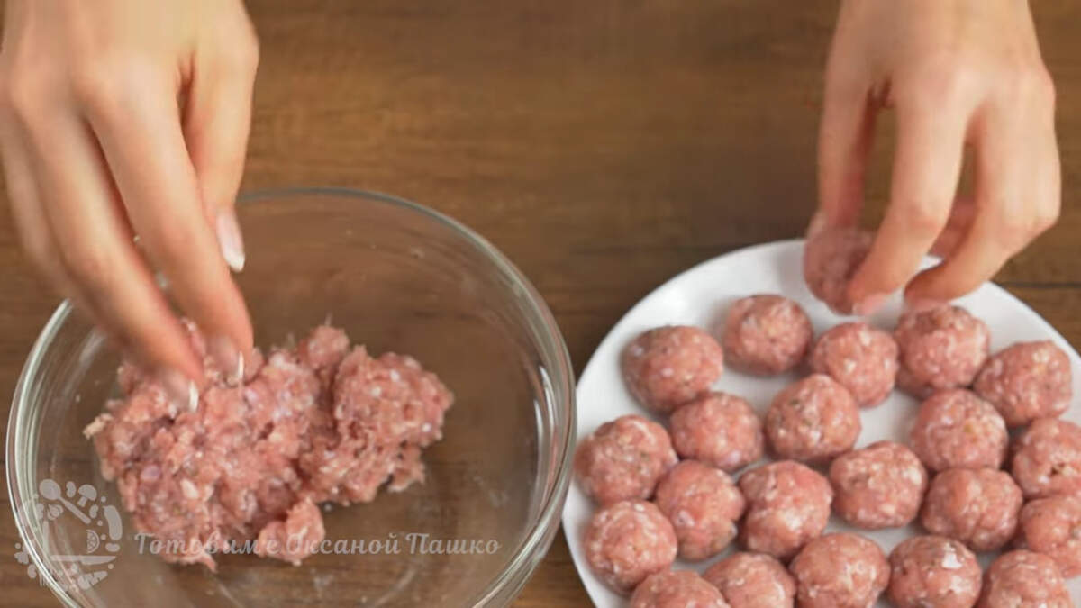 Из подготовленного фарша скатываем фрикадельки по размеру чуть меньше грецкого ореха.  На каждую половинку картофеля понадобится 3 фрикадельки из фарша.