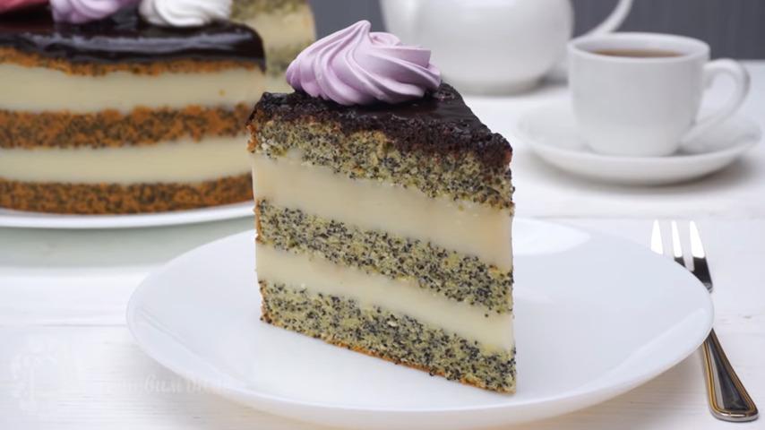 Торт с маковым бисквитом получился вкусным и в меру сладким. Торт необычный и готовится несложно. Нежные маковые коржи отлично сочетаются с нежным заварным кремом.