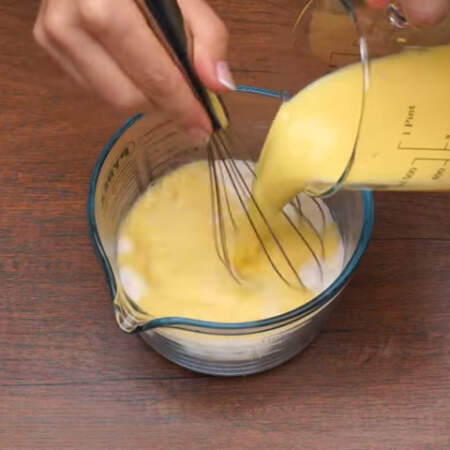 В сухую смесь заливаем молочно-яичную смесь
