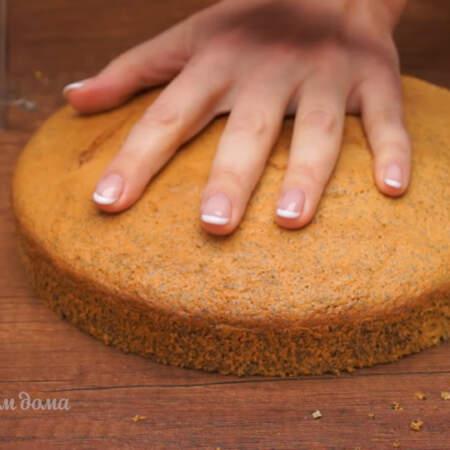 Собираем торт. Готовый остывший бисквит вынимаем из формы. Разрезаем бисквит на 3 примерно одинаковых коржа.