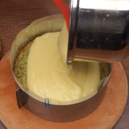 Выливаем вторую половину крема.