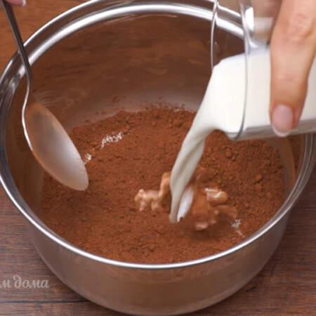 Сюда же добавляем примерно 5 ст.л. молока или сливок жирностью 10%. Опять перемешиваем и ставим на маленький огонь.