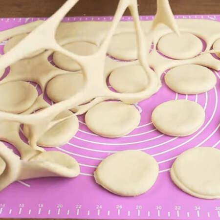 Лишнее тесто убираем. Позже его точно также раскатываем и вырезаем кружочки.