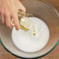 Прошло 15 минут. Сюда же в миску насыпаем 1 ч. л. соли и наливаем 50 мл растительного масла без запаха.