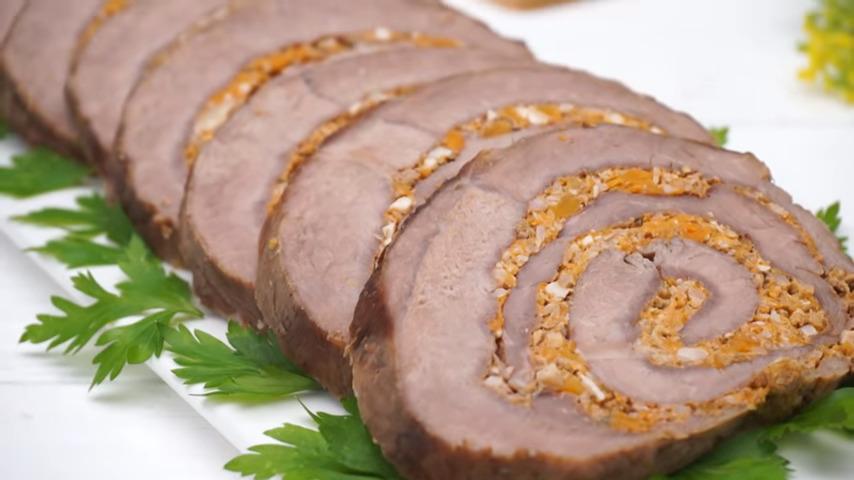 Мясной рулет с начинкой из тыквы и орехов получился очень вкусным и сытным.  Нежная тыква с орехами отлично подходит к запеченному мясу и придает рулету в разрезе красивый и аппетитный вид.