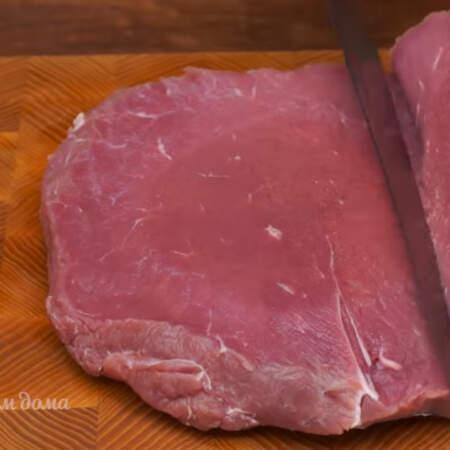 Готовим мясо для рулета. Нам понадобится примерно 1 кг мяса. Мясо моем и обсушиваем бумажными полотенцами. Я использую говядину, но можно брать и свинину. Мясо разрезаем вдоль по всей длине так, чтобы толщина мясного пласта получилась примерно 1 см.