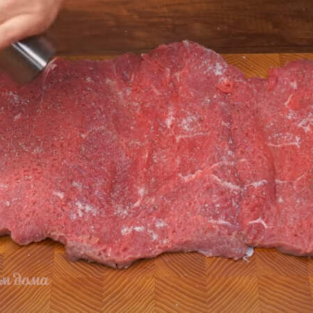 Мясо солим по вкусу по всей поверхности. Хорошо перчим.