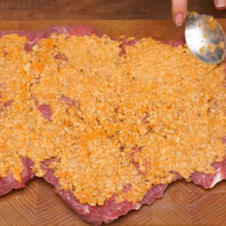 На подготовленное мясо выкладываем начинку из тыквы с орехами.  Начинку равномерно распределяем по всему куску мяса.