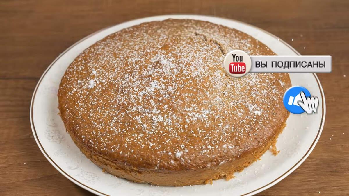 Испеченный пирог достаем из духовки и даем ему остыть. Остывший пирог вынимаем из формы и переставляем на блюдо, на котором будем подавать его на стол. Сверху пирог посыпаем сахарной пудрой и подаем на стол.