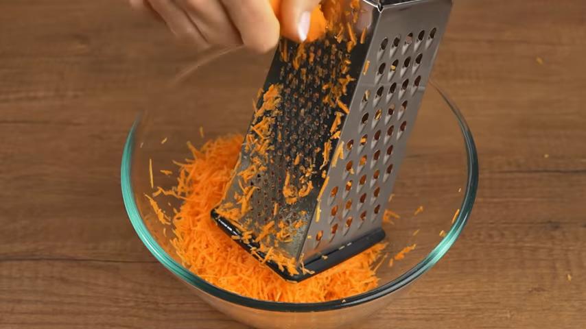 Сначала на мелкой терке трем 250 г свежей морковки.