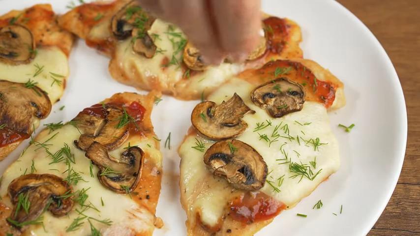 Блюдо подаем на стол горячим. Для красоты готовое мясо посыпаем мелко нарезанным укропом.