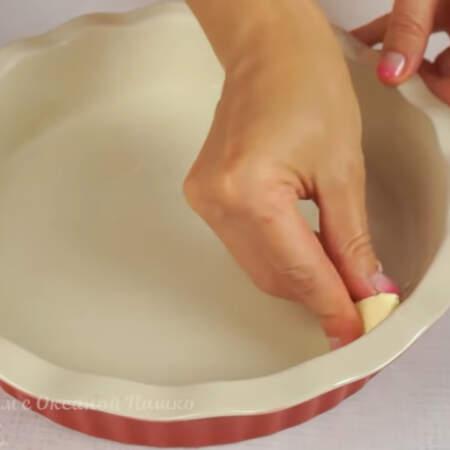 Форму, в которой будем выпекать пирог, смазываем сливочным маслом.