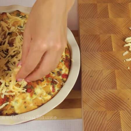 Испеченный пирог посыпаем натертым сыром, его понадобится 50 г