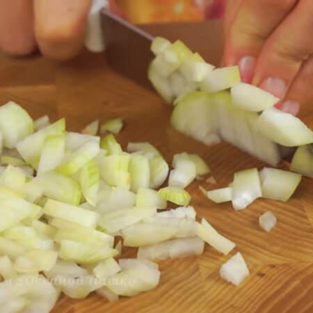 Пока жарится мясо,  мелко нарезаем 1 луковицу.