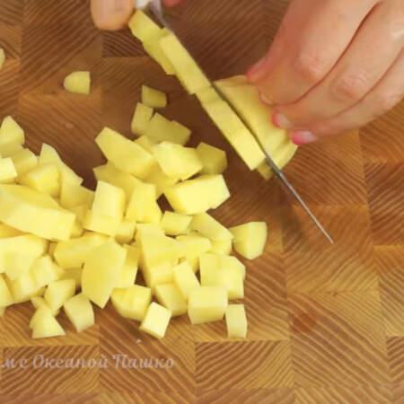 Пока все жарится, нарезаем картошку небольшими кубиками.