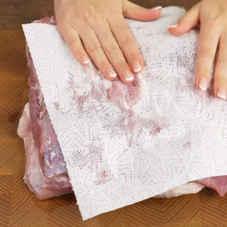 Берем примерно 2 кг свиной грудинки. Моем ее и обсушиваем бумажными полотенцами. Очень желательно, чтобы грудинка была с большим количеством мяса.