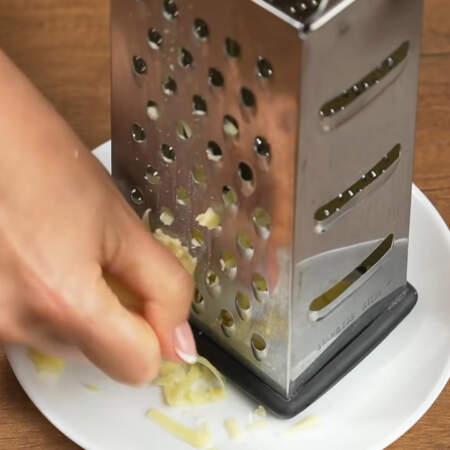 60 г сыра трем на крупной терке.