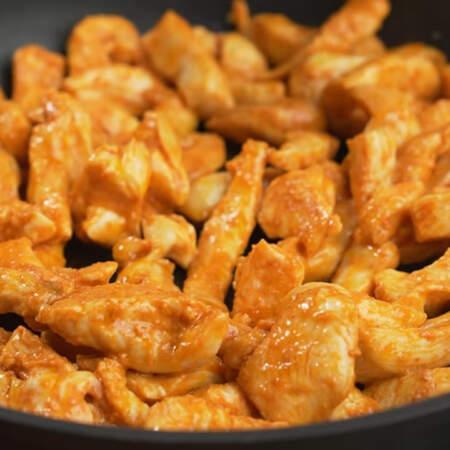 Обжаривать нужно до легкой золотистой корочки, она придаст мясу вкус. Высушивать его не нужно, оно должно остаться сочным. Также мясо не обязательно полностью прожаривать.