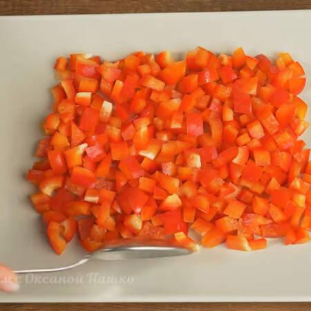 Складываем салат. На блюдо выкладываем нарезанный перец формируя прямоугольник. Я для салата взяла прямоугольное блюдо размером 20 на 30 см.